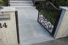 Zrekonštruovaný vstup do domu, veľkoformátová flambovaná dlažba a obklad schodov Sidewalk, Tile, Side Walkway, Walkway, Walkways, Pavement