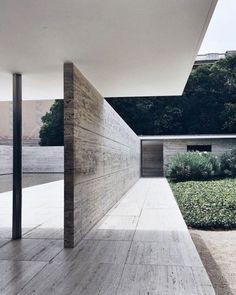 Barcelona pavilion by Mies Van Der Rohe : partitiontransforms perspectiveand creates 2 spaces