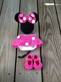 A complete Minnie Mouse outfit for a baby girl crochet pattern Crochet Mouse, Baby Girl Crochet, Crochet Baby Clothes, Crochet For Kids, Knit Crochet, Crochet Outfits, Ravelry Crochet, Crochet Stitches, Baby Set