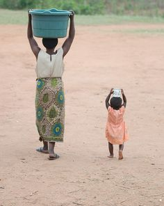 Africa | Mother and child carrying water in Malawi, Eid al-Adha 2011