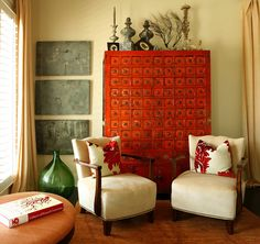 This sitting area is beyong fabulous with the eclectic, antique home decor. That red, green, cream, off yellow color combo scheme / palette in this sitting room or living room is great.