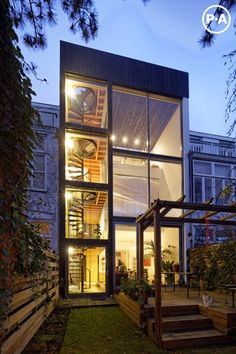 cool house in Den Haag (NL) with tradtional front and modern back side © René de Wit