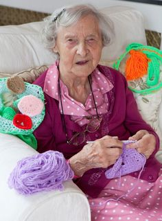 104 years old women in Scotland bombed the town with her art - Post Together Yarn Bombing, Scottish News, Internet Trends, Old Street, Advanced Style, Age, Just Amazing, Amazing Things, Awesome