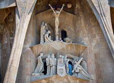Πρόσοψη των Παθών-Αυτή καταθλιπτική πρόσοψη ολοκληρώθηκε στα τέλη της δεκαετίας του ΄80 από τον Ζουζέπ Μαρία Ζουμπιράχς.Αμφιλεγόμενο έργο,με γωνιώδεις και συχνά τρομακτικές ανάγλυφες μορφές. Gaudi, Valencia, Barcelona, Painting, Painting Art, Barcelona Spain, Paintings, Painted Canvas, Antoni Gaudi