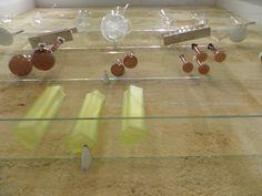 Étagères et fioles en verre (vue vers le haut) Architecture Design, Drinkware, Top, Architecture Layout, Architecture