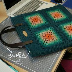 모티브 북백 #LANAdolls #handmade #craft #crochetdoll #amigurumi #knitting #knittingdoll #crochet #doll #bookbag #라나돌스창작연구소 #라나돌스 #손뜨개인형 #코바늘인형 #핸드메이드 #아미구루미 #귀여워 #인형만들기 #인형스타그램 #니팅돌 #대바늘인형 #가방만들기 #북백 #화곡동 #오아시스안경원