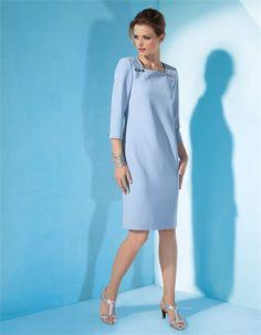 Unvergessen die Eleganz der wiederentdeckten Form, neu die Detailgestaltung für das knielange Kleid in H-Linie.