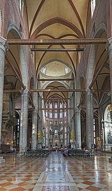 Basilica dei Santi Giovanni e Paolo (Venezia) - Interno. Consacrata nel 1430, la splendida chiesa gotica da allora  fu continuamente arricchita di monumenti sepolcrali, dipinti e sculture opera dei maggiori artisti veneziani.