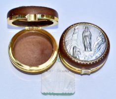 Rosary Boxes in Silver, Pearl and Plastic all depicting the Apparitions in different Shapes and Sizes. Rosaries, Woodblock Print, Japanese Art, Boxes, Diy Crafts, Shapes, Pearls, Prints, Japan Art