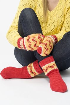Kettukarkkiasusteet Novita 7 Veljestä -langasta, ilmainen ohje Novitaknitsistä! Knitting Socks, Free Knitting, Knitting Patterns, Crochet Patterns, Woolen Socks, Yarn Crafts, Leg Warmers, Handicraft, Mittens