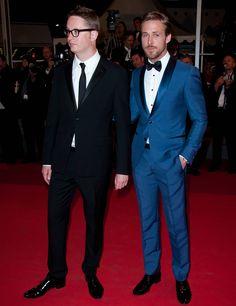 El actor, de azul, muy original y sofisticado. #trajes #novio Blazer Suit, Suit Jacket, Blue Tuxedos, Bridesmaids And Groomsmen, Ryan Gosling, Groom Attire, Business Attire, Wedding Suits, Formal Wear