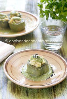 Receta de alcachofas rellenas de gambas en salsa verde. Con fotografías y consejos de elaboración, presentación y consumo.