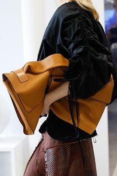 次なるイットバッグはスーパービッグサイズが潮流