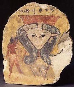 Tête de la déesse Hathor émergeant d'une fleur de lotus. Le donateur de cet ex-voto s'est représenté à gauche de la déesse qu'il vénère. Hathor est reconnaissable avec sa tête triangulaire, ses oreilles de vache et son modius sur la tête. Hathor est à la fois la déesse de la nécropole, de l'amour, de la joie et de l'ivresse.  Musée du Louvre.