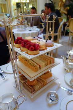18 Must Know Foodie Tips For Anyone Visiting London If you're visiting London you'll want to take advantage of the amazing food it has to offer. Here are 18 must know food tips to make your trip the best (and most delicious) it can possibly be. Best Afternoon Tea, Afternoon Tea Parties, Afternoon Tea Tables, English Afternoon Tea, Afternoon Tea London, Essen In London, London Food, Food Hacks, Food Tips