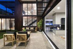 Moderne Mischung: Modernes Haus ist Perth hat mit Industrieakzenten einen wunderbaren Stil