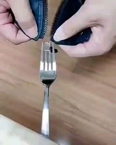 Interesting Stuff - Utilizing A Fork To Repair A Detached Zipper — remarkable On Fix Broken Zipper, Fix A Zipper, Zipper Repair, Diy Crafts Hacks, Diy Home Crafts, Simple Life Hacks, Useful Life Hacks, 100 Life Hacks, Sewing Hacks