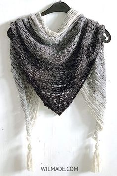 Pop-Up Shawl - a free crochet triangle shawl for beginners. The Pop-Up Shawl is a beginner-friendly triangle scarf worked bottom-up. It features the popcorn stitch and is completely free (including video tutorial) Crochet Shawls And Wraps, Crochet Scarves, Crochet Clothes, Pop Up, Crochet Triangle Scarf, Gilet Crochet, Knitted Afghans, Lana, Free Pattern