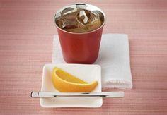 Café gelado com suco de laranja.
