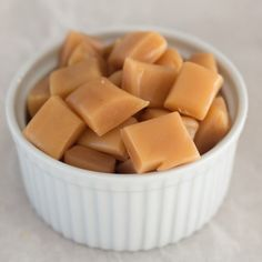 Recipe for super easy microwave-caramels. It only takes 10 minutes to make a batch of these super delicious caramels. Microwave Caramels, Microwave Recipes, Kreative Snacks, Nordic Recipe, Low Carb Cheesecake Recipe, Small Baking Dish, Scandinavian Food, Danish Food, Homemade Candies