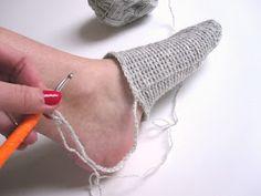 The Funky Fox: DIY - Hæklede sokker Crochet Flip Flops, Flip Flop Slippers, Crochet Slippers, Sock Shoes, Diy And Crafts, Socks, Knitting, Crocheting, Tricot