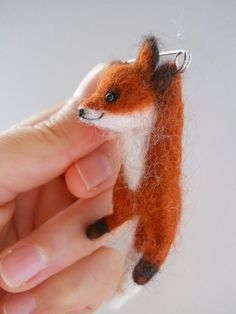 Ähnliche Artikel wie SUPER SALE 50% Miniature swinging fox safety pin brooch. Needle felted animal character. auf Etsy
