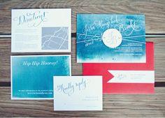 Ich mag den Kontrast zwischen den blauen Einladungen und dem Umschlag - wenn ihr die Karten von außen in Rot gestaltet, dann könnte ich mir hellblaue Umschläge vorstellen (Die sind übrigens auch einfacher zu bedrucken)