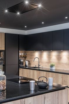 Here, the warm lighting is put at the service of a wood and walnut kitchen arrangement resolutely graphic. A designer kitchen with character . Kitchen Room Design, Modern Kitchen Design, Kitchen Layout, Home Decor Kitchen, New Kitchen, Stylish Kitchen, Awesome Kitchen, Kitchen Furniture, Black Kitchens