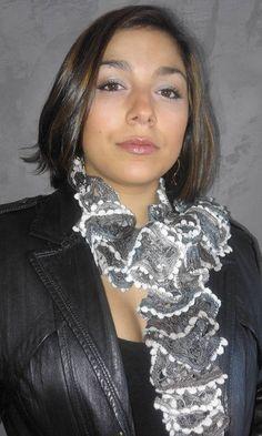 8c5deeb54a03 Articles similaires à Echarpe tricotée main laine fantaisie à volant gris  et marron pour femme sur Etsy