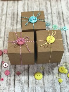 A sweet packaging idea: Kraft cardboard gift boxes with colorful buttons and bakery twine. More packaging tips at www.der-box … A sweet packaging idea: Kraft cardboard gift boxes with colorful buttons and bakery twine. More packaging tips at www. Wrapping Ideas, Baby Gift Wrapping, Gift Wraping, Present Wrapping, Creative Gift Wrapping, Christmas Gift Wrapping, Creative Gifts, Creative Gift Packaging, Kraft Packaging