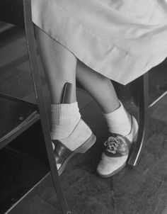 bobby socks and saddle shoes.note the comb, putting a comb in your bobby socks was a fad (or so I understand) Mode Vintage, Retro Vintage, Vintage Style, Vintage Hair, 1940s Style, Retro Chic, Vintage Beauty, Retro Style, Vintage Inspired