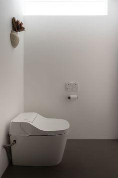 #トイレ は #パナソニック の #タンクレストイレ 。 ベッドルーム側の壁につけた #ハイサイドライト で #自然光 #が入る。 #Panasonic #アラウーノ Bathtub, Bathroom, Image, Standing Bath, Washroom, Bathtubs, Bath Tube, Full Bath, Bath