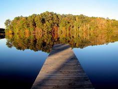 Tässä on kuva järvestä, en ole oikein varma että mikä järvi on kuvassa. Mutta vesi heijastaa kauniisti järven pinnasta ja luo samalla kauniin kuvan järven pintaan.