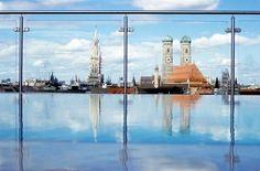 """Mit einer Sicht über die Bayern-Metropole kann auch das """"Mandarin Oriental"""" aufwarten. Auf der China Moon Roof Terrace planscht es sich mit dem Blick auf Münchner Wahrzeichen. Foto: Mandarin Oriental München"""