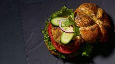 Burger de volaille à l'indienne - Recettes - À la di Stasio Naan, Quebec, Indian Food Recipes, Ethnic Recipes, Salmon Burgers, Bagel, Hot Dogs, Chicken Recipes, Bbq