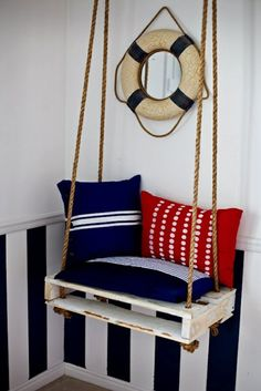 möbel aus paletten Wandspiegel Schwimmring, Schaukel mit dicken Seilen