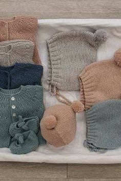 This Pin was discovered by Gül Baby Knitting Patterns, Knitting For Kids, Knitting Projects, Stitch Patterns, Knitted Baby Clothes, Baby Kids Clothes, Knitted Hats, Baby Socks, Baby Hats