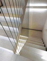 Indirektes Licht, Geländerharfe aus Drahtseilen: das Treppenhaus.