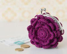 Kahdesta kukasta koostuva kukkaro on helpoin virkata puuvillalangasta, mutta myös kimaltavat langat sopivat siihen. Jos haluatkin pienen käsilaukun, lisää vain kukkaan kerroksia. White Anarkali, Diy And Crafts, Knit Crochet, Crochet Earrings, Coin Purse, Purses, Tote Bag, Wallet, Knitting