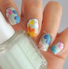 31 diseños florales para un nail art fresco y chic de Instagram