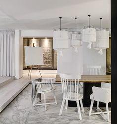 Houd je van lichte interieurs, neutrale tinten en marmer? Dan ga je dit huis geweldig vinden. De architecten van Form Bureau kregen de opdracht om het huis te renoveren. Zij maakten er een heerlijk licht en huiselijk verblijf van met een marmeren vloer in de keuken en een interieur om jaloers van te worden.Herkenbaar? Wij …