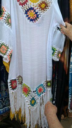 This Pin was discovered by Vir Crochet Fabric, Crochet Shirt, Crochet Cardigan, Crochet Trim, Knit Crochet, Skirt Patterns Sewing, Crochet Patterns, Bikinis Crochet, Fiesta Outfit