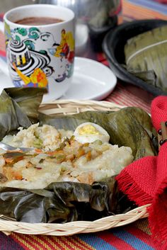 En Colombia, como en otros países, los tamales son una tradición. Esta, es una de las muchas recetas de tamales que se preparan en las diferentes regiones de nuestro país. Hay una gran variedad, por nombrar algunos están los tamales bogotanos, los vallunos, los tolimenses, los nariñences, los antioqueños, etc. Aparentemente se ve complicado, pero en realidad no lo es. Lo que sí tiene es varios pasos y se toma su tiempo, por eso es un buen plan para hacerlo con la familia.