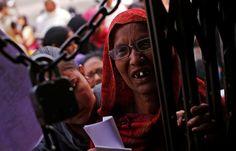 Una mujer, en la puerta de una entidad bancaria de Kanpur.