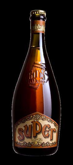 Cerveja Baladin Super, estilo Belgian Golden Strong Ale, produzida por Le Baladin, Itália. 8% ABV de álcool.