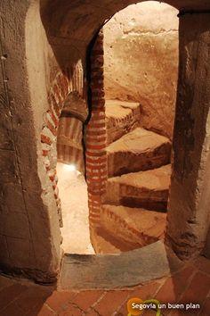 Castillo de Coca (Segovia) ¿sabéis por qué las escaleras de los castillos se hacían tan estrechas? Para cuando eran invadidos por el enemigo, éste subiera de uno en uno y poderle dominar más fácilmente.
