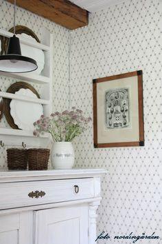 nordingården: juli 2013 Swedish Kitchen, Swedish Cottage, Cottage Chic, Home Interior, Interior Decorating, Interior Design, Hygge Home, Kitchen Wallpaper, Scandinavian Home