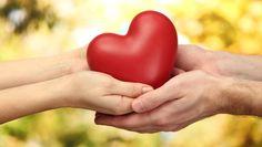 Kalp Nakli Nedir Kimlere Nakil Nasıl Yapılır ?   Kalp kasının kasılma gücünü kaybetmesi neticesi, diğer organların ihtiyacı olan temiz kanın kalpten yeterince pompalanamaz duruma gelmesi ile ortaya çıkan bir hastalıktır. Ani olarak görülebileceği gibi yıllar süren yavaş bir gelişim ile de ortaya çıkabilir.  Kalp yetmezliğinin şiddeti hafifden çok ağır dereceye kadar IV evrede sınıflandırılmaktadır. I. derece en hafifi IV, derece en ağır şekli olarak tanımlanmaktadır.