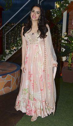 Shraddha Kapoor in Arpita Mehta Shraddha Kapoor Lehenga, Shraddha Kapoor Cute, Priyanka Chopra, Deepika Padukone, Casual Indian Fashion, Indian Fashion Dresses, Indian Outfits, Bollywood Celebrities, Bollywood Fashion