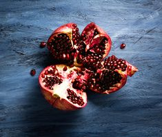 A simple way to cut and de-seed a pomegranate Ayurvedic Home Remedies, Ayurvedic Herbs, Ayurveda, Home Remedy For Cough, Cough Remedies, All Fruits, Pomegranate Juice, Food Articles, Diets For Women